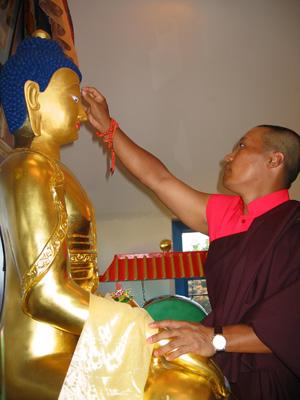 sakyong-placing-3rd-eye-on-buddha-rupa-1-reduced-2